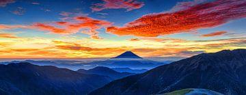 Sonnenaufgang mit roten Wolken am Berg Fuji, Japan von Roger VDB