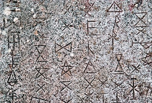 Symbolen op abstracte muur von Sigrid Klop