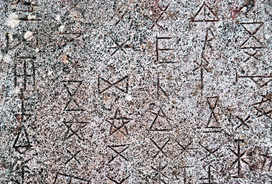 Symbolen op abstracte muur