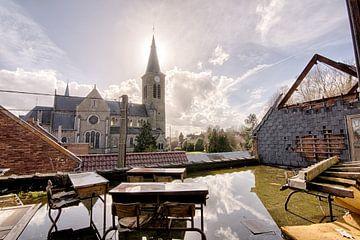 Kerk en schoolbanken in het zonnetje van Rens Bok