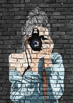 Junge Fotografin Graffiti auf schwarzer Mauer von KalliDesignShop