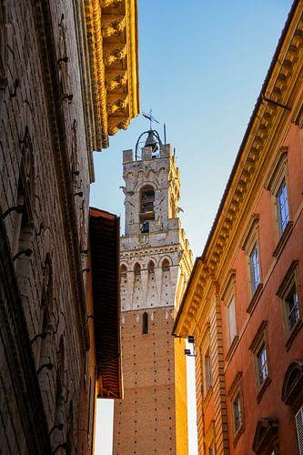 Doorkijkje naar Torre del Mangia, Siena, Toscane