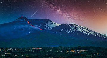Uitbarsting van de vulkaan Etna met Melkweg op Sicilië van Rietje Bulthuis