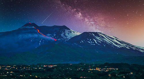 Uitbarsting van de vulkaan Etna met Melkweg op Sicilië