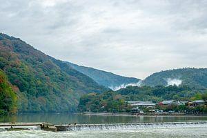 Heuvels en rivier in Kyoto