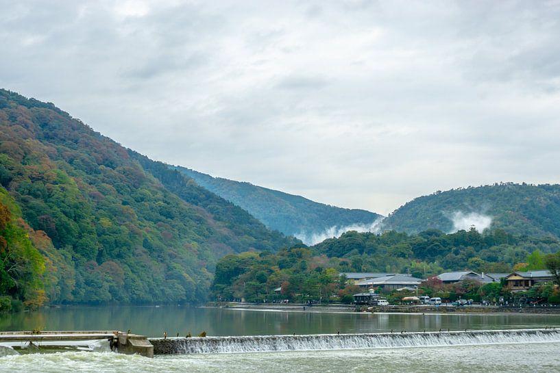 Heuvels en rivier in Kyoto van Mickéle Godderis