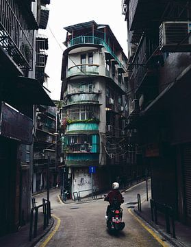 Roller in den engen Gassen von Macao von Rudmer Hoekstra