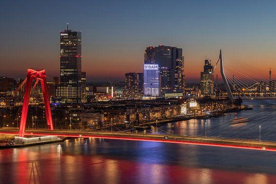 De Willemsbrug en Noordereiland in Rotterdam tijdens een geweldig zonsondergang