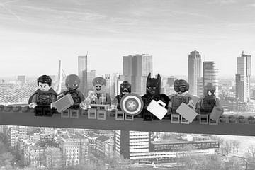 Lunch atop a skyscraper Lego edition - Super Heroes - Man - Rotterdam sur Marco van den Arend