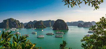 Panorama Halong Bay, Vietnam van Rietje Bulthuis