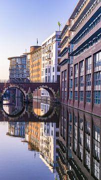 Spiegelung im Wasser während der Blauen Stunde in Hamburg, Deutschland von Jessica Lokker
