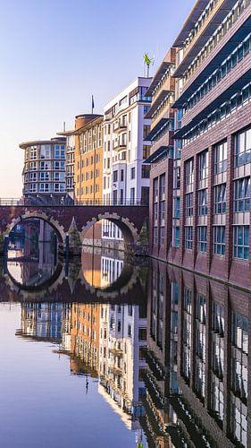 Weerspiegeling in het water tijdens blue hour in Hamburg, Duitsland