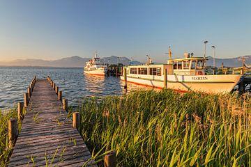 Schiffe am Bootsanleger bei Sonnenaufgang, Chiemsee, Bayern, Deutschland von Markus Lange