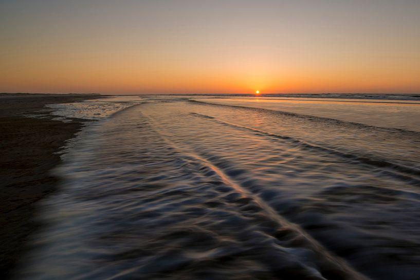 Beweging van golven op strand van Tonko Oosterink