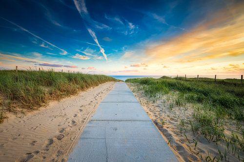 Strand Zugang mit einem Sonnenuntergang von eric van der eijk
