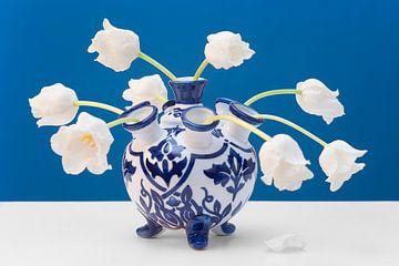 Weiße Tulpen in blau/weißer Tulpenvase von Floris Kok