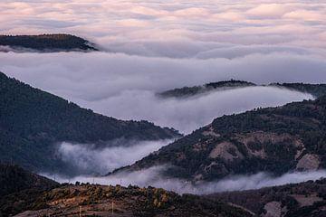 Des montagnes dans les nuages sur Axel Weidner