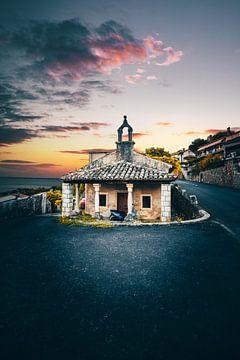 Oud bergdorpje in Kroatië bij zonsondergang Moscenice van Fotos by Jan Wehnert