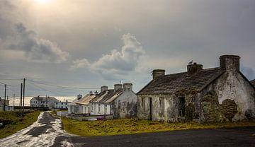 Vervallen huisjes op Achill Island van Bo Scheeringa Photography