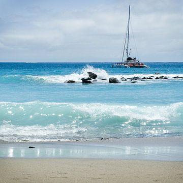 Zeilboot langs kust Tenerife van Hannie Bom