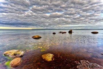 Strand rots zee en wolken Oostzee, eiland Rügen. van