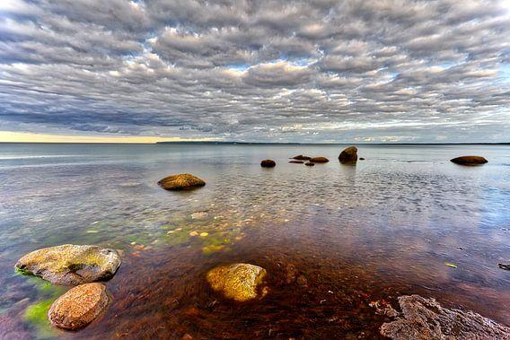 Strand rots zee en wolken Oostzee, eiland Rügen.