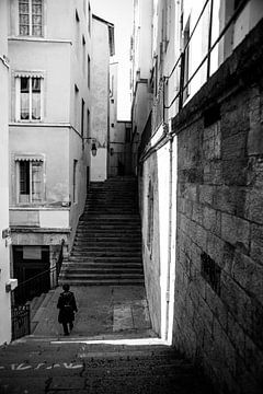 Sonne und Schatten in der Stadt Lyon in schwarz und weiß, Fotodruck von Manja Herrebrugh - Outdoor by Manja