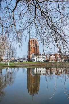 De Leeuwarder Oldehove gespiegeld in de stadsgracht van Harrie Muis
