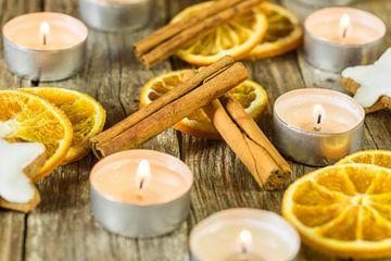 Het branden van kerst- en adventskaarsen met aromatische versiering van Alex Winter
