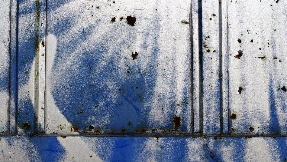 Warehouse Door (Fragment) Blue/White/Rust van Rüdiger Hirt