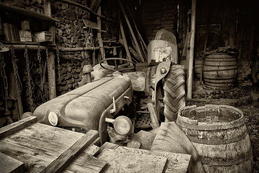 Oude traktor op Franse boerderij van Peter Halma