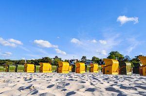gelbe und grüne Strandkörbe in Binz