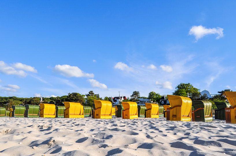 gelbe und grüne Strandkörbe in Binz von GH Foto & Artdesign