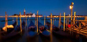 Venetië, panorama van de skyline met gondels tijdens schemering, Italië van