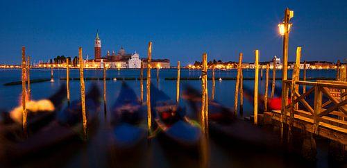 Venetië, panorama van de skyline met gondels tijdens schemering, Italië