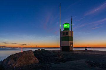 Lichtende nachtwolken boven de pier van IJmuiden