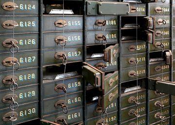 niet langer gebruikte genummerde kluisjes van een voormalige bank van Heiko Kueverling
