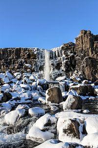 Wasserfall in Island während des Winters