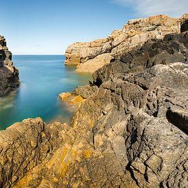 Paysage côtier avec d'imposantes formations rocheuses sur Karla Leeftink