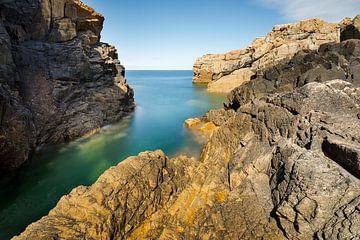 Kustlandschap met  imposante rotsformaties van Karla Leeftink