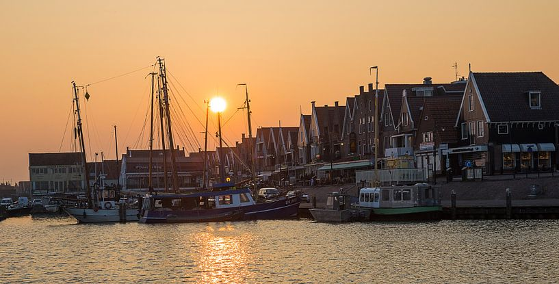 Zonsondergang bij de haven in Volendam van Chris Snoek