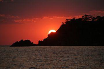 Zonsondergang boven zee in Turkije