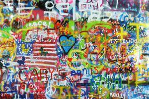 Bunte Wand mit Graffiti in Prag, blaues Herz von Carolina Reina