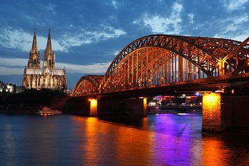 Kölner Dom , Kirche, Dom, Hohenzollernbrücke, Abendämmerung, Köln, Nordrhein-Westfalen, Deutschland van Torsten Krüger