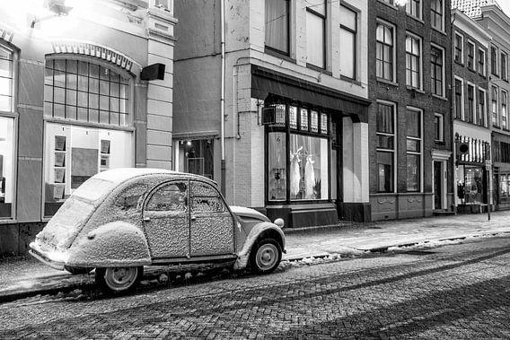 Klassieke Franse Citroën 2CV aan de kant van de straat in de oude stad.