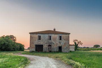 verlaten gebouw in toscane zonsondergang van