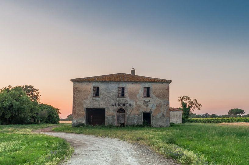 verlaten gebouw in toscane zonsondergang van Erik van 't Hof
