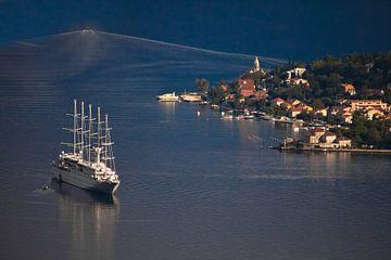 Zeilcruiseschip met masten en een klein meisje met rode daken. Een prachtig cruiseschip in de blauwe van Michael Semenov