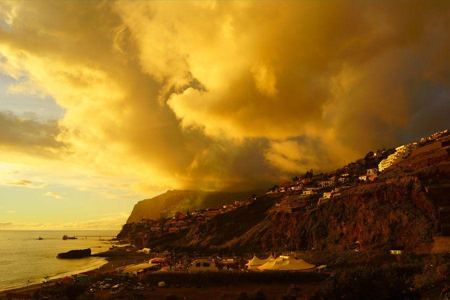 Gele wolken boven Cabo Girao in Madeira van Michel van Kooten