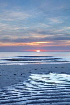 Avondschemering rond zonsondergang op het strand van Julianadorp  van Gerben van Dijk
